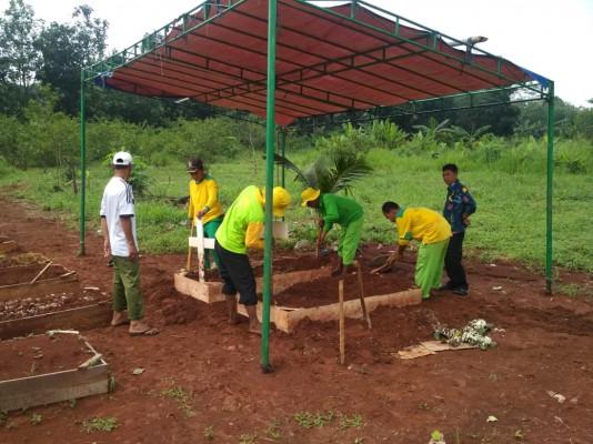 UPTD Pemakaman Disperkimtan Melakukan Perbaikan Makam Di TPU Jatisari