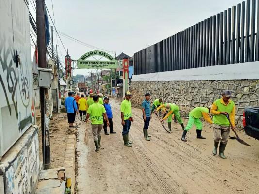 Pegawai Disperkimtan Bersihkan Lumpur Dan Sampah Pasca Banjir